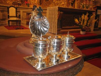 Crismeras y concha de plata para la parroquia